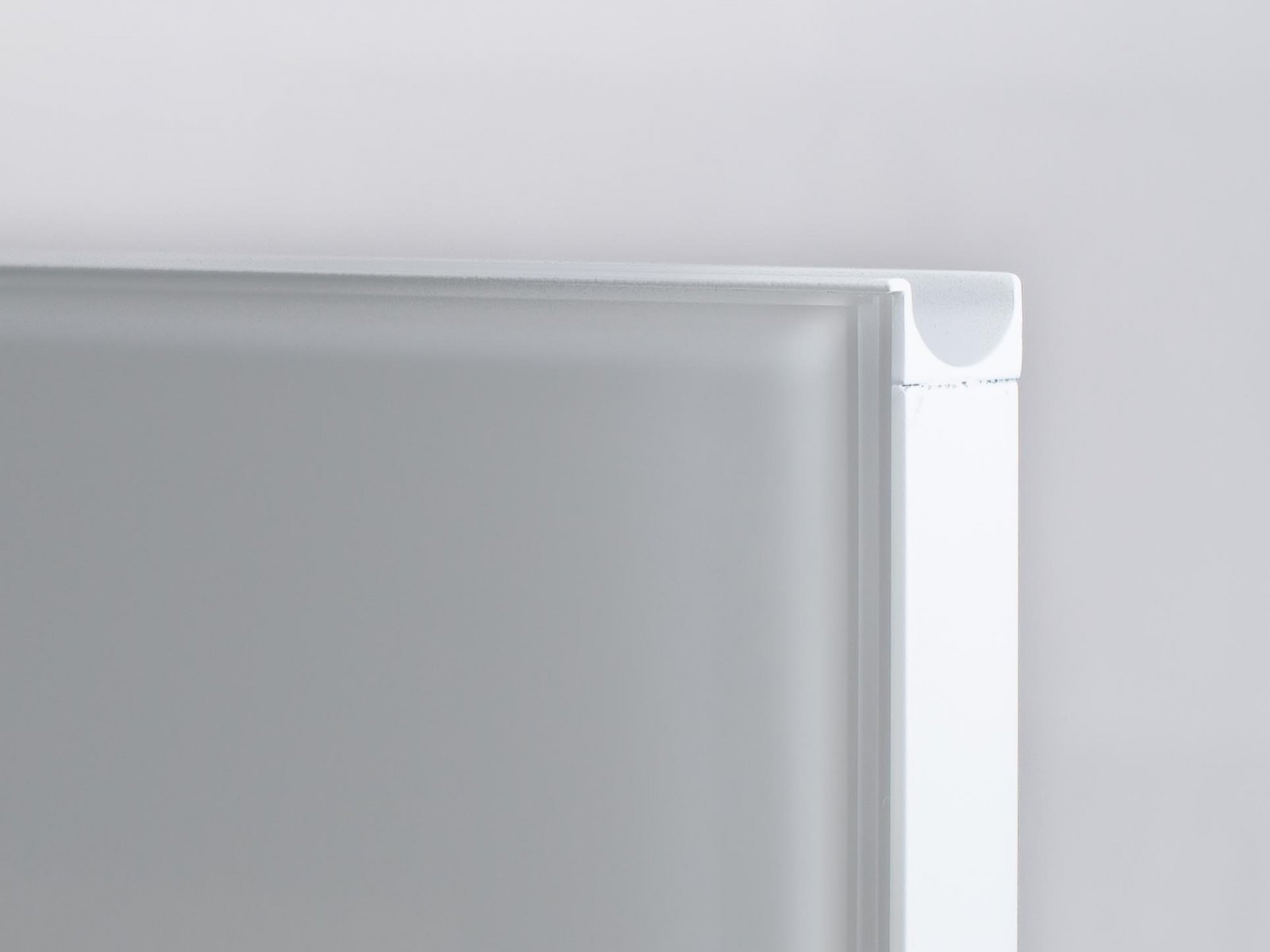 Porta-6 (Perfil V08 lacado branco + puxador P07 lacado branco + vidro extra-claro branco)