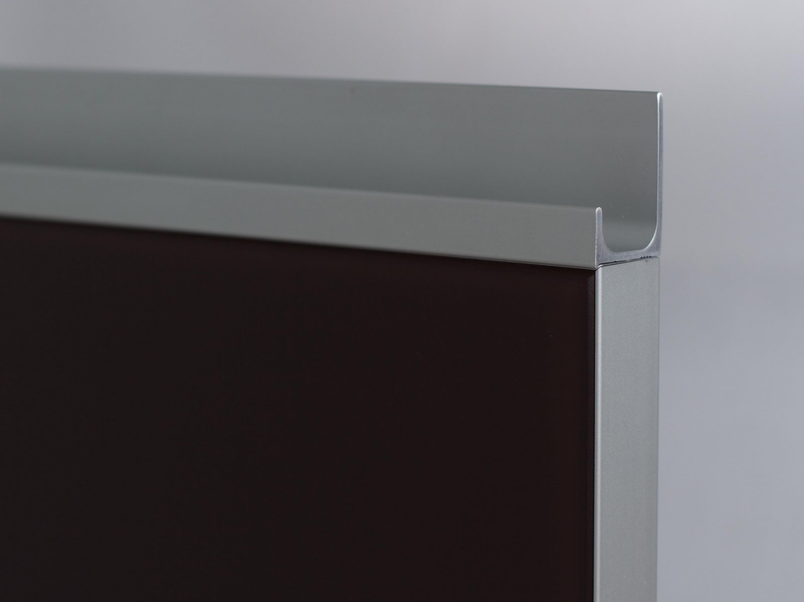 Porta-14 (Perfil V04 mate + puxador P01 mate + vidro lacado chocolate)