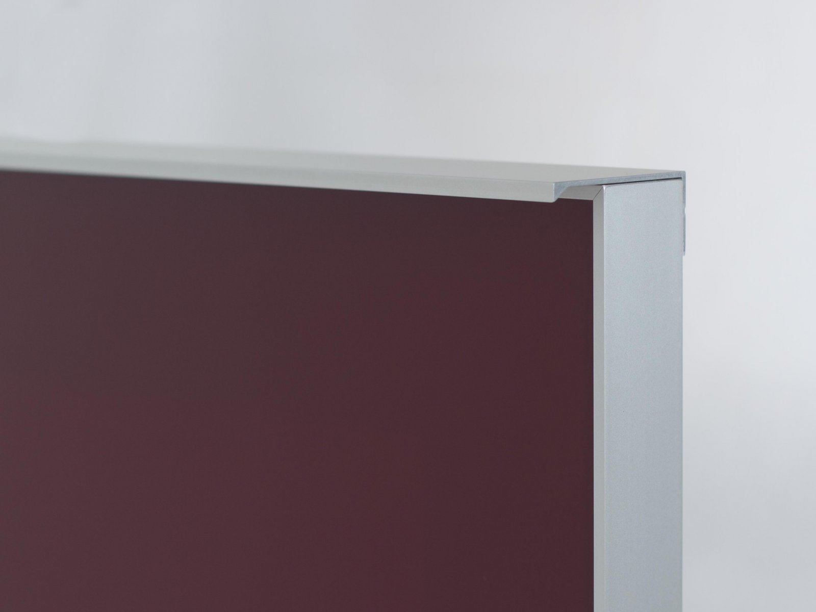 Porta-8 (Perfil V06 mate + puxador L02 mate + vidro lacado bordeaux)